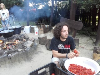 Mucha Attila főz, háttérben Mucha Dorka